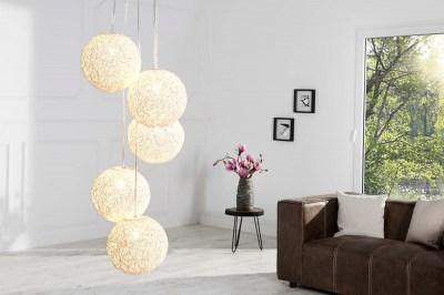 Designová závěsná lampa Wrap s pěti stínítky bílá